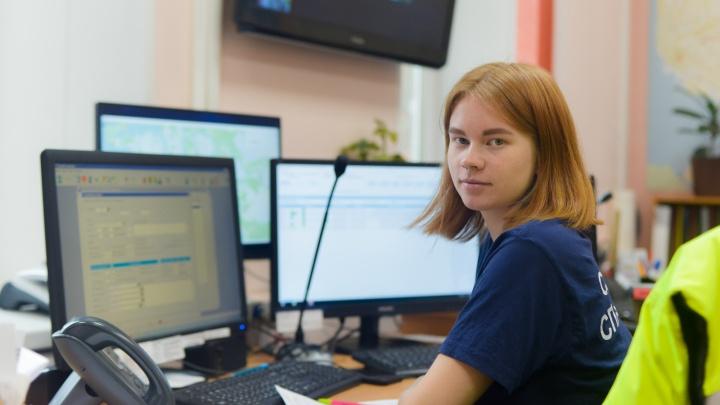 «Бывало до 1000 звонков в день»: как работает диспетчерская спасателей, куда звонят со всего Поморья