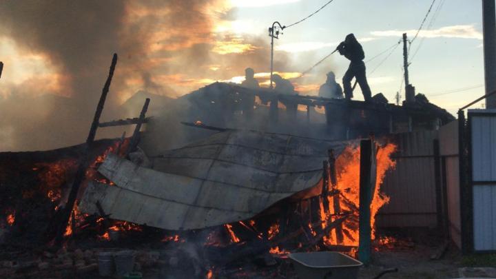 В Ленинском районе загорелся частный дом — спасателям пришлось отправить на место пожарный катер