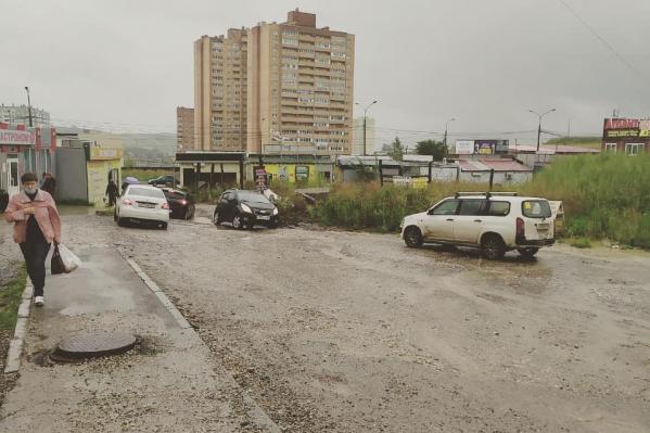 Особенно тяжело по дороге проехать во время дождей и паводка