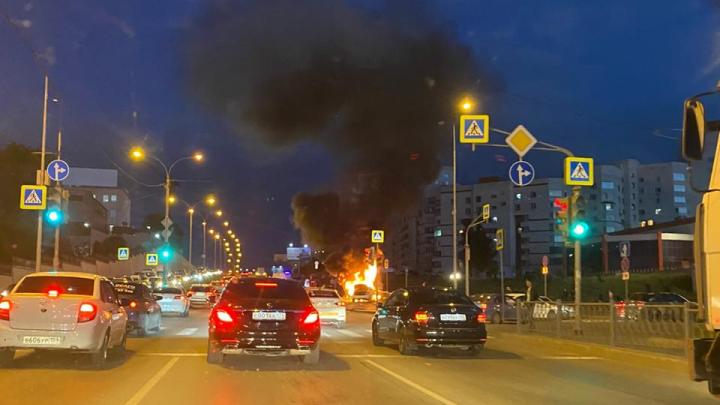 На ВИЗе жёстко столкнулись две машины, одна из них загорелась