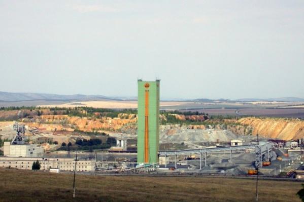 Рудник находится в посёлке Межозёрном