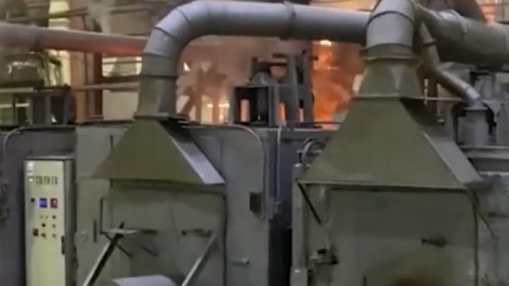На заводе в Новосибирске разгорелся пожар — дым и вырывающееся пламя в цеху сняли на видео
