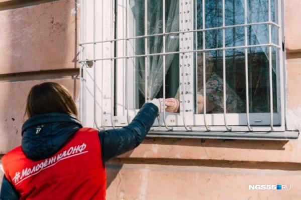 Волонтёры позаботятся о том, чтобы ваши бабушки и дедушки оставались дома и не подвергали себя опасности