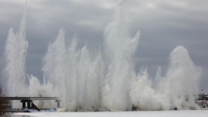 В Свердловской области начали взрывать лед: показываем эффектное видео