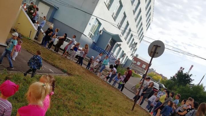 В Сормове родители выстроились в гигантскую очередь за справками в садик