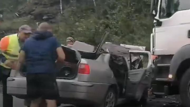 На трассе М-5 в Челябинской области фура смяла иномарку