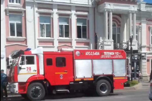 Нет, это были не учения: пожарные машины стояли в центре Омска из-за пожара