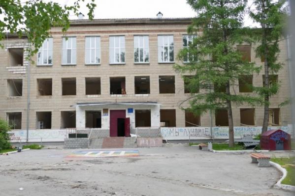 Старое здание гимназии построили в 1958 году. Сейчас оно уже снесено, на его месте построят новое