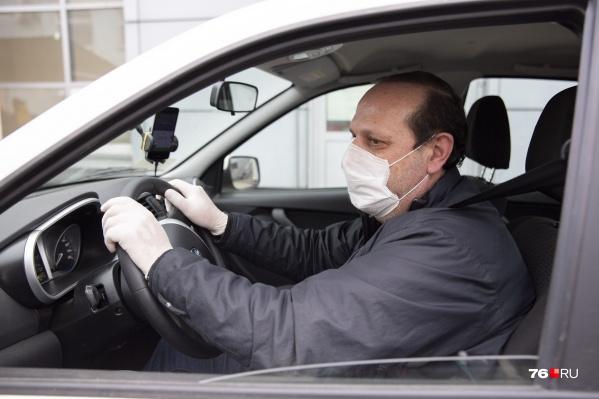 Если водитель едет один в своей машине, то может снять маску. Наказать его за это не должны