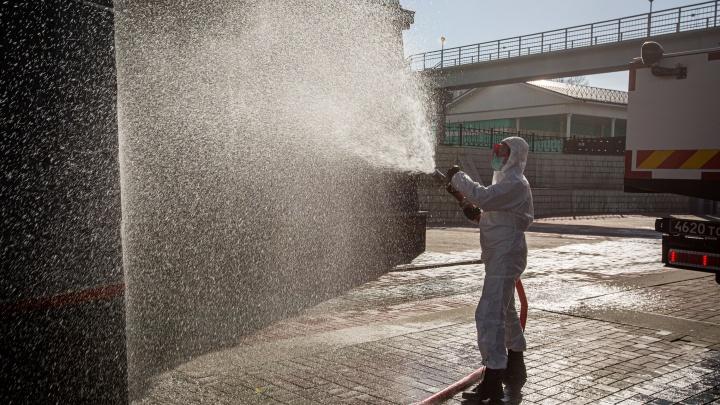 Помыли с хлором перроны и площадь: 10 фото с вычищенного новосибирского вокзала