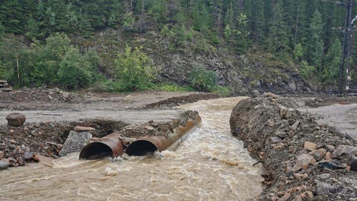 В Нижних Сергах после сильных дождей река вновь размыла автомобильную переправу