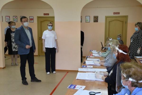 Дмитрия Азарова сопровождала на участке глава Самары Елена Лапушкина