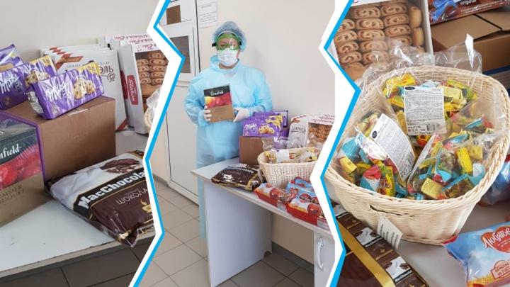 Живущих в БСМП врачей коллеги поддержали сладостями и угощениями