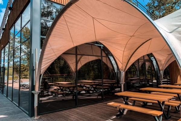 У визит-центра есть территория с деревянным настилом. Там разместили несколько скамеек для заказов навынос