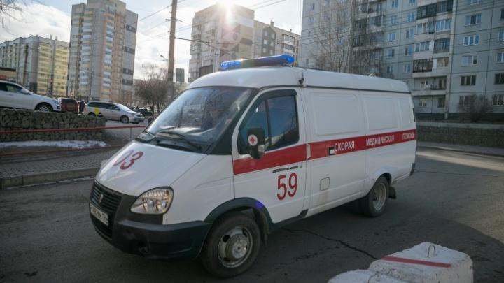 Автомобиль скорой перевернулся на 9 Мая: пострадали медики и пассажиры