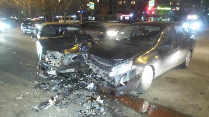 Столкнулись лоб в лоб: в ДТП в центре Екатеринбурга пострадала девушка
