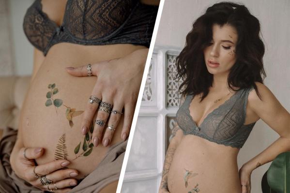 Екатерина Дёмина работает в тату-сфере уже 10 лет. Сейчас она называет себя мастером в декрете. Сибирячка татуировала клиентов до 8 месяца беременности и летом планирует вернуться к работе<br>