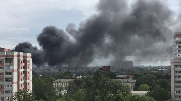 Огромный столб густого чёрного дыма виден из нескольких районов Ярославля: что горит