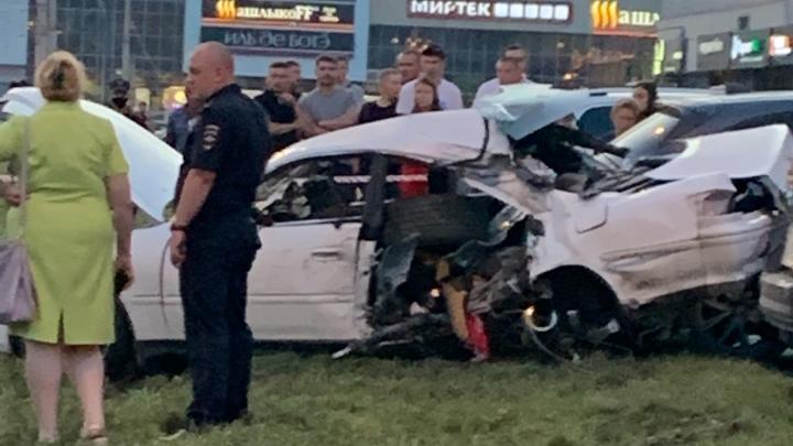 В Новокузнецке легковушка протаранила три автомобиля на парковке ТЦ, один человек погиб