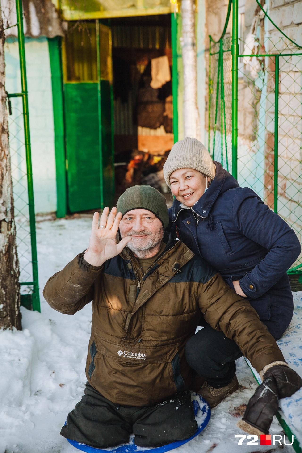 Получив дом, они стали напоминать молодоженов. Павел и Гульнара ходят по пустой территории за домом и мечтают здесь построить сарайчик, а рядом с ним — птичник для разведения куриц