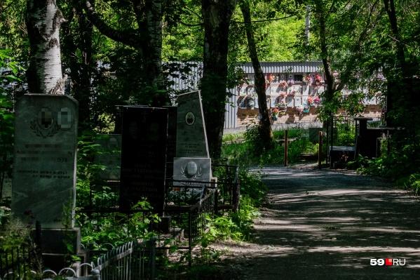 Пермяки вновь могут навещать могилы близких — из-за пандемии это долгое время было запрещено