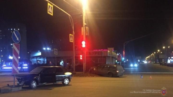 Разбили машину и сбежали: в Волгограде ищут виновников вечернего ДТП с пострадавшими