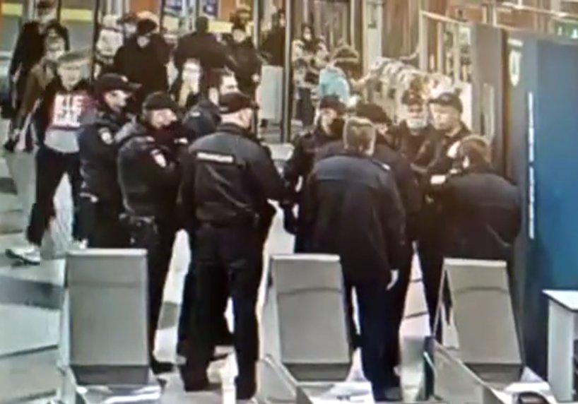 Кадр из видео ГУ МВД по Санкт-Петербургу и Ленинградской области