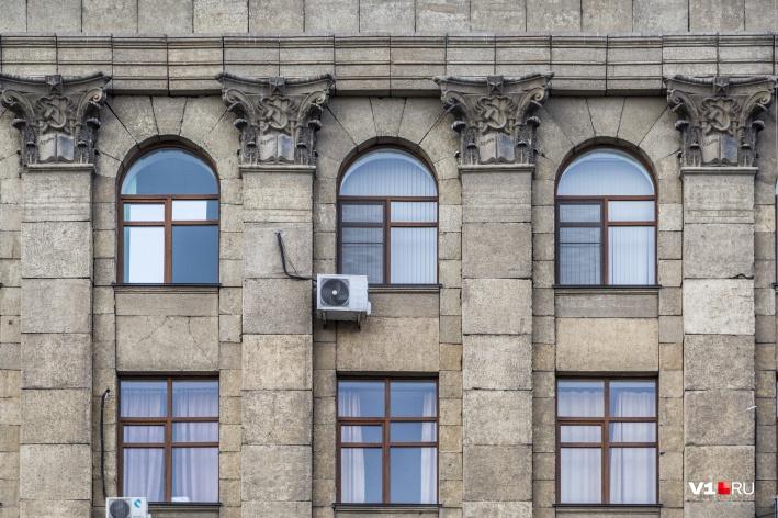 Имя Сталина старательно стирали с «книг» на колоннах классических зданий центра Волгограда