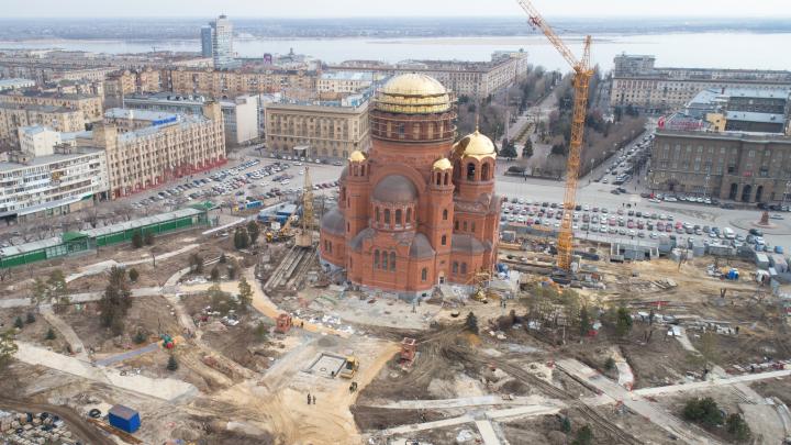 Немного деревьев и плитка: смотрим на сквер за Александро-Невским собором за месяц до Пасхи