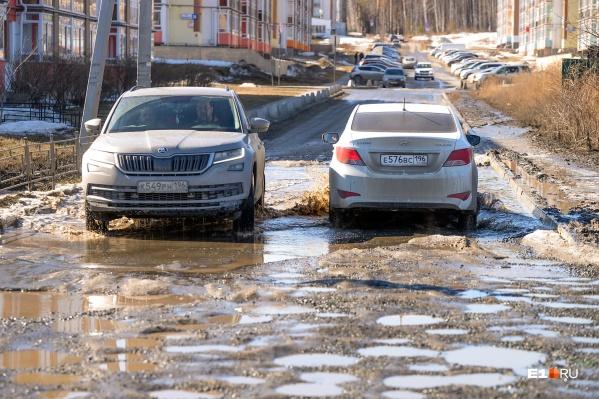 Так выглядели дороги в Мичуринском в 2018 году. С тех пор ситуация мало изменилась