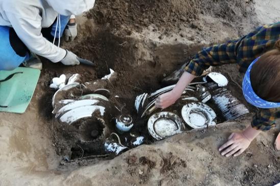 """В прошлом году на раскопках в центре города <a href=""""https://59.ru/text/gorod/66135337/"""" target=""""_blank"""" class=""""_"""">нашли старинный сундук</a>&nbsp;с фарфоровой посудой"""