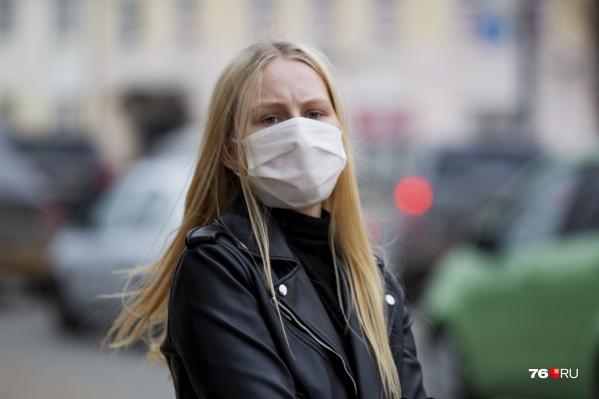 Гулять по улице в Ярославской области юридически не запрещено, но власти и врачи настоятельно рекомендуют без особой нужны из дома не выходить