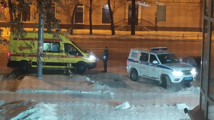 В центре Екатеринбурга несколько раз выстрелили в мужчину. На месте полиция и скорая