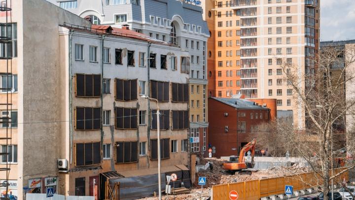 Половину здания бывшего Облпотребсоюза в центре Омска сровняли с землей
