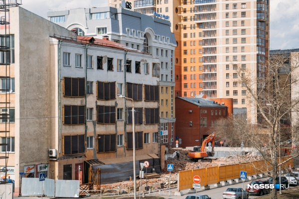 Часть здания рядом с Комсомольским мостом сегодня сровняли с землей. Разрушение стало этапом «реконструкции»