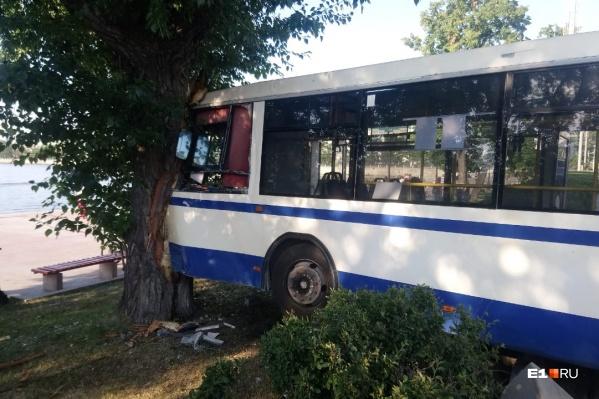 Автобус почему-то резко повернул налево, на встречную полосу