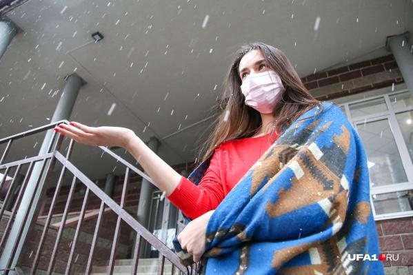 Корреспонденты выбежали из офиса ловить снежные хлопья