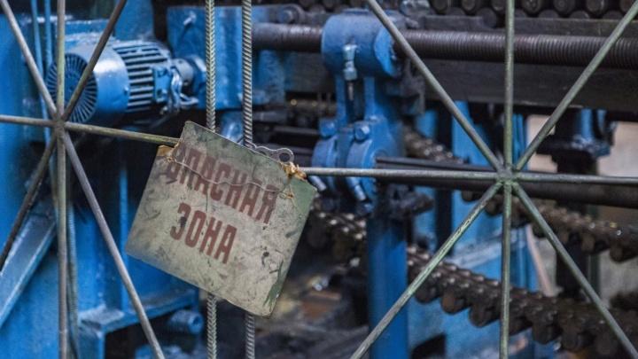 На трубном заводе в Волжском рабочего раздавило прессом