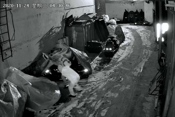 Камеры наружного наблюдения записали, как воры ходят по ночной парковке, подбирая себе квадроцикл
