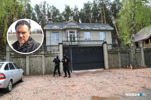 Около входа на территорию усадьбы Анатолия Быкова вчера дежурили люди в масках