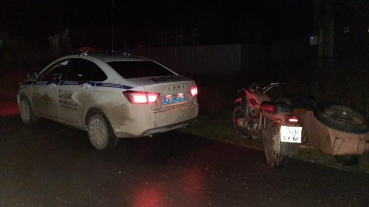 Под Ивделем пьяный мотоциклист устроил гонки с патрульным экипажем и проиграл: видео