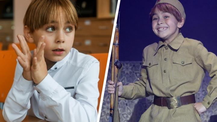 «Пришел из театра, а домашка не сделана»: как живет мальчик, играющий в недетском спектакле