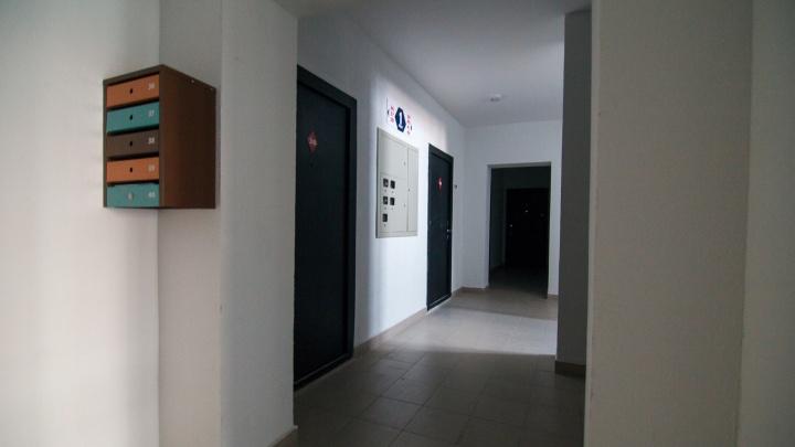 Тюменцев просят демонтировать железные двери, установленные в отсеке на несколько квартир