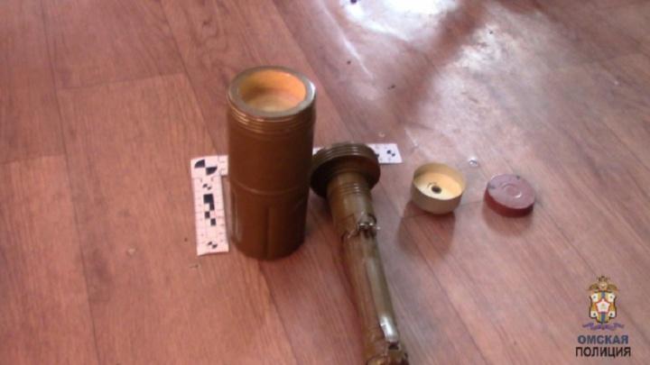 В Омске двое мужчин попытались забрать машину со штрафстоянки с помощью учебной гранаты