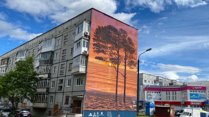 На пятиэтажном доме в Северодвинске появился арт-объект с легендарными ягринскими соснами