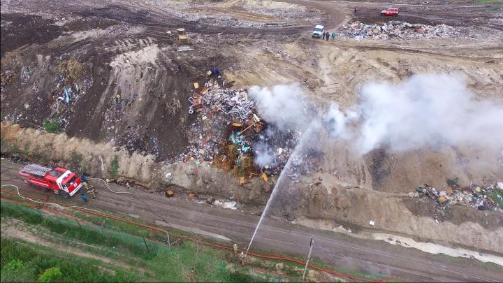 В Кургане третьи сутки тушат крупный пожар на Шуховском полигоне