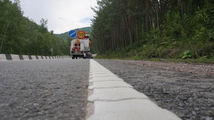 На опасных участках дивногорской трассы нанесли шумовую разметку