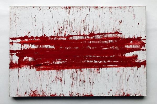 Картина напоминает красно-белый флаг, который стал символом оппозиции в Белоруссии