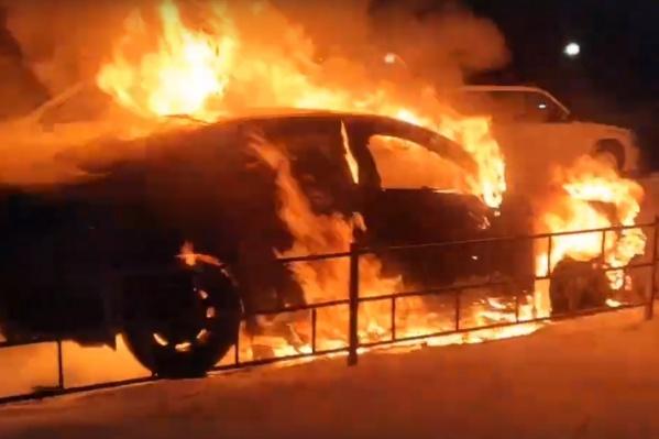 Камеры видеонаблюдения зафиксировали, как неизвестный подошел к машине, облил жидкостью и поджог.
