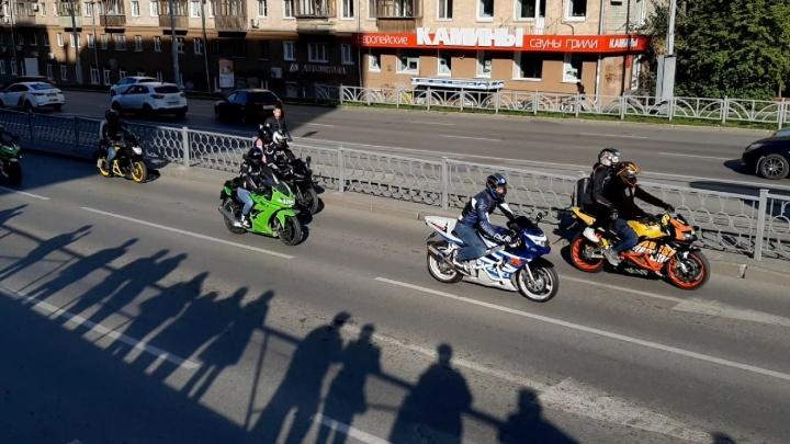 По Екатеринбургу проехала колонна из сотен мотоциклов. Показываем видео